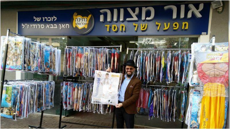 הרב רפאל ברבי בפתח החנות. צילום פרטי