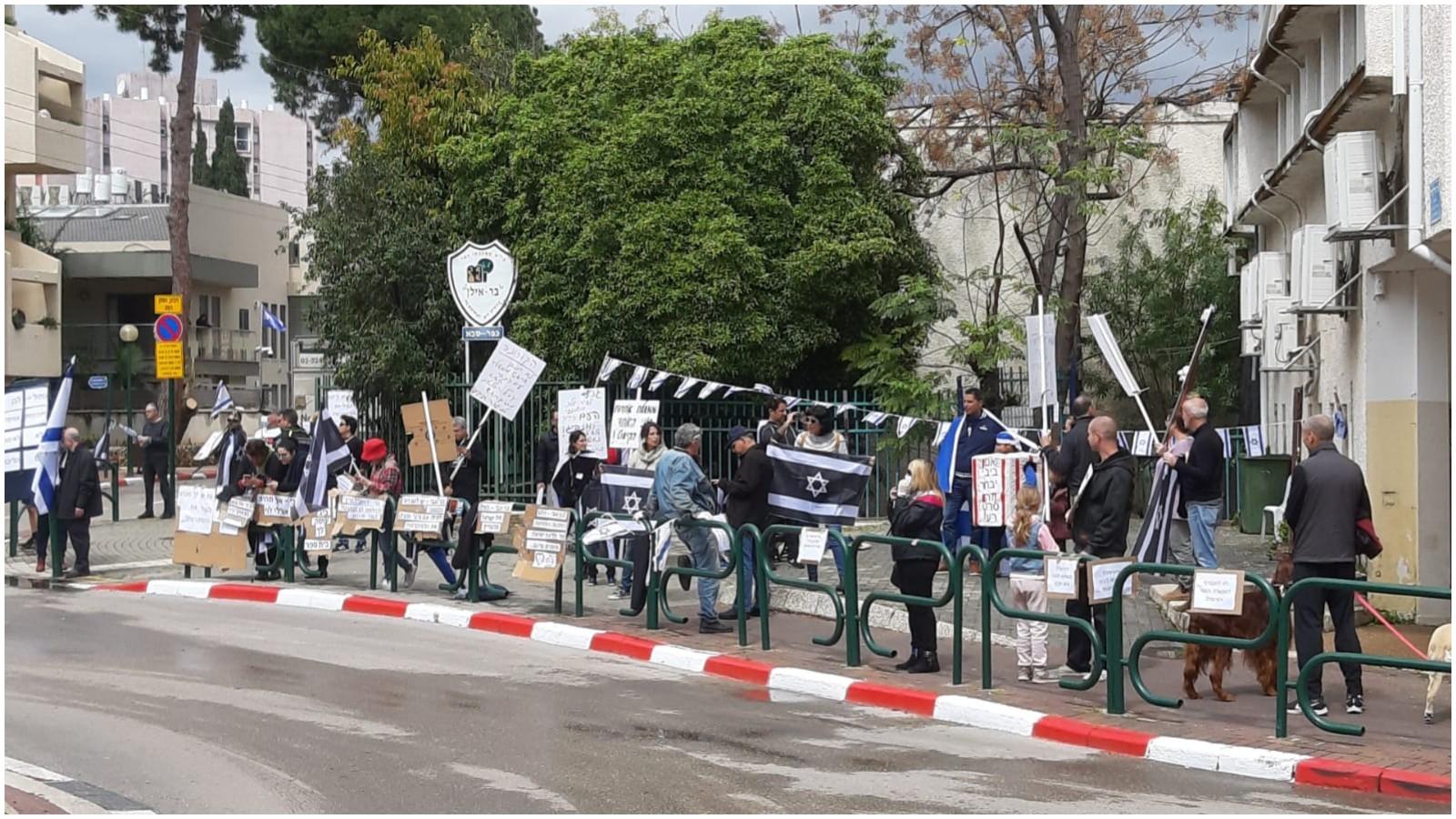 מפגינים מול ביתו של גבי אשכנזי. צילום ביקורת בונה