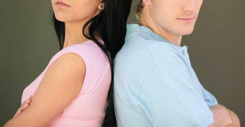 גבר ואישה גב לגב