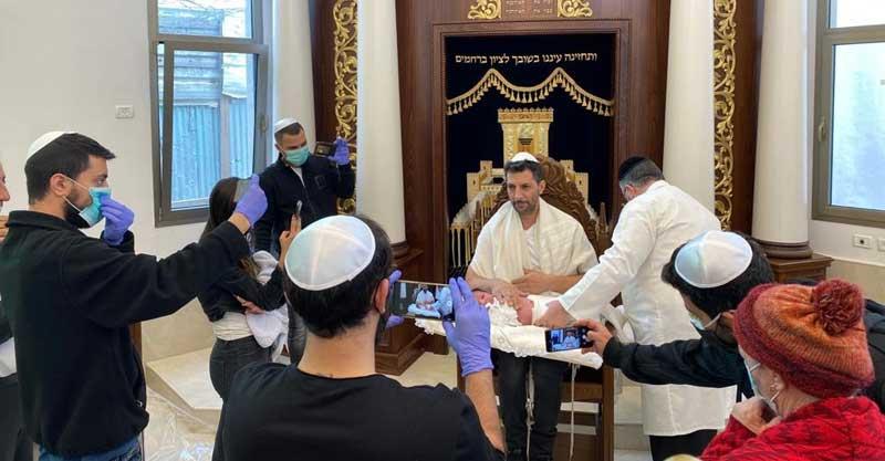 ברית המילה של נבו לוי דגה בבית הכנסת זכור לאברהם. צילום אורי נגר