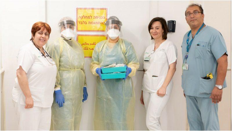 צוות מחלקת הקורונה במאיר (מימין לשמאל): איציק לוויאן, אנה בר אל, יהב אזובל, מסארוה סברין ונאסר ואפיה. צילום רמי זרנגר