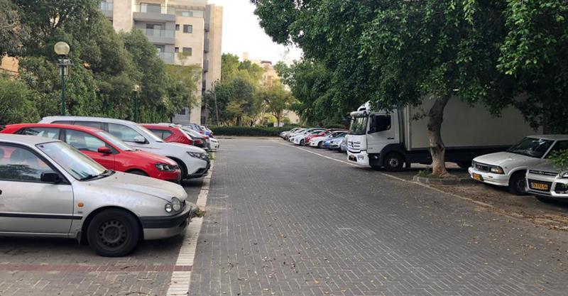 החניות ברחוב סוקולוב המיועדות לפינוי בינוי. צילום באדיבות התושבים