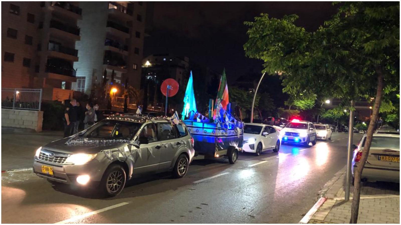 כפר סבא חוגגת עצמאות מכונית עם דגלים. צילום עיריית כפר סבא