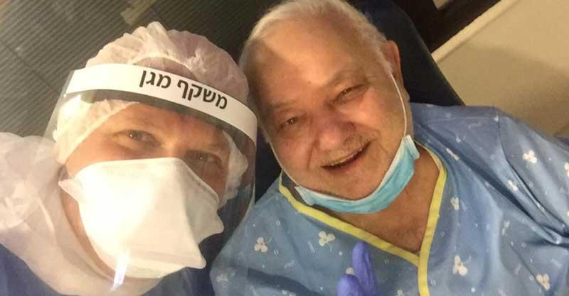יצחק כרשיש ואשת צוות בבית החולים מאיר. צילום פרטי