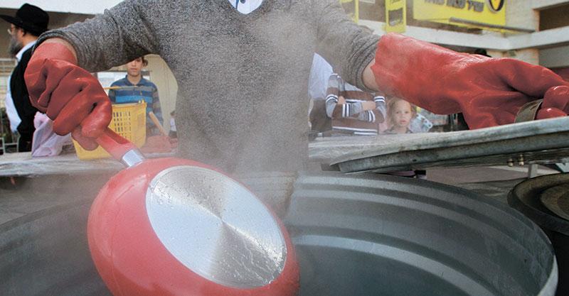 הגעלת כלים. צילום גיל כהן מגן
