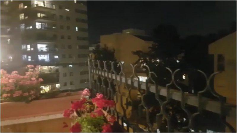 תושבים שרים מהמרפסת ברחוב השרון בכפר סבא. צילום סער ורדי