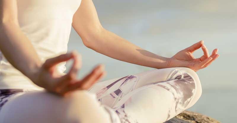 אישה עושה מדיטציה