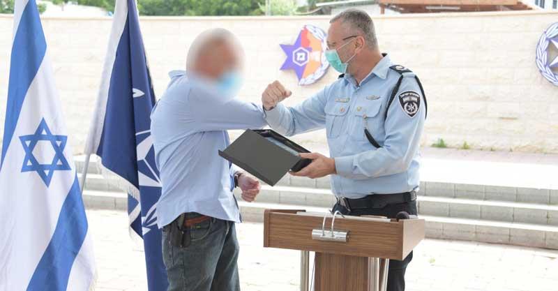 האזרח שירה במחבל בכפר סבא מקבל תעודת הוקרה. צילום משטרת ישראל