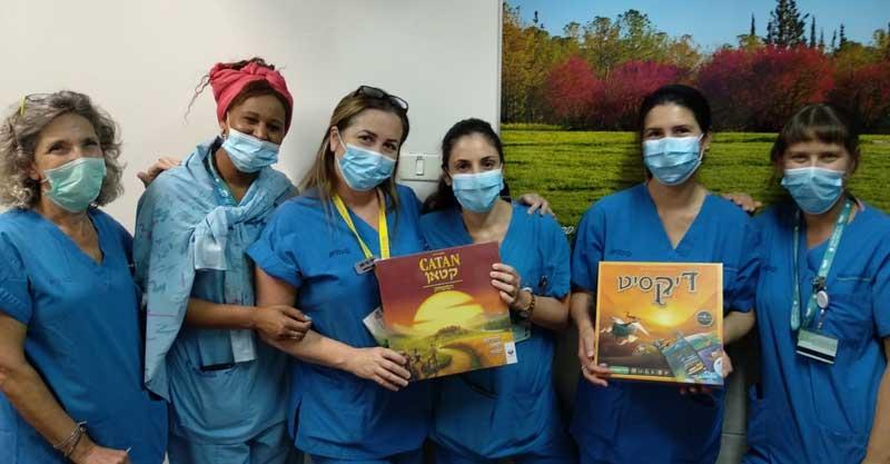 אחיות המרכז הרפואי מאיר עם המשחקים שחילקו להם בני הגרעין התורני בכפר סבא. צילום באדיבות חברי הגרעין