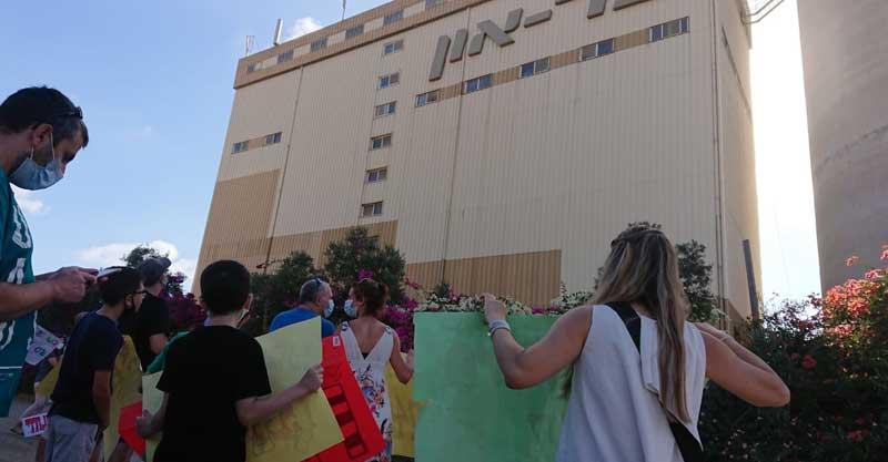 הפגנת ההורים והילדים אתמול בבוקר מול מפעל בר-און. צילום באדיבות ההורים