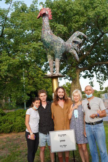 משפחתה של יעל ניר והפסל. צילום באדיבות עיריית כפר סבא