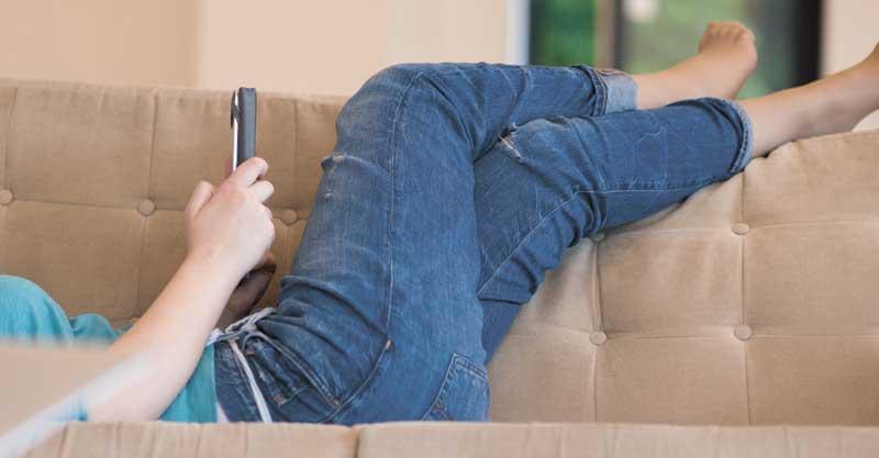 אישה שוכבת על ספה