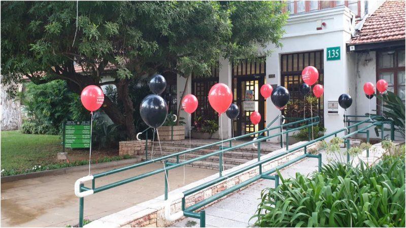 הבלונים מחוץ לבניין העירייה הבוקר. צילום: אלה בן משה, מטה המאבק